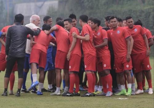 Bakori Andreas (depan dua dari kanan) yang sudah mengikuti latihan Arema FC (official Arema FC)