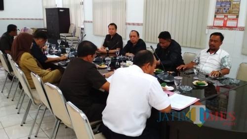DPRD saat rapat dengan Pemkot Blitar membahas dampak kerusuhan suporter sepakbola.(Foto : Team BlitarTIMES)