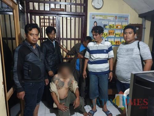 Jokowi alias Ludi (jongkok) tersangka kasus pencurian spesialis rumah makan saat diamankan polisi (Foto : Polsek Turen for MalangTIMES)