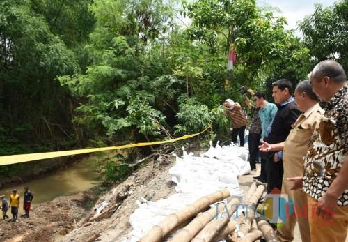Wali Kota Kediri Abdullah Abu Bakar datang meninjau lokasi longsor, Selasa (25/2). (Foto: Ist)