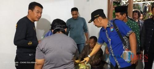Petugas dari Polres Tulungagung dan tim medis melakukan pemeriksaan pada jasad korban. (Foto: Dokpol / Tulungagung TIMES)