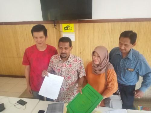 Kuasa Hukum Lilik dan pihak PT Tunggal Jaya Propertindo, Muhammad Fauzi (dua dari kiri) dan Lilik Suprapti (dua dari kanan) (Anggara Sudiongko/MalangTIMES)