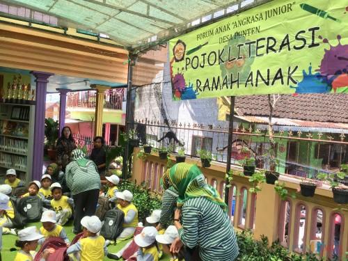 Salah satu rumah warga yang disulap menjadi pojok literasi di Kampung Ramah Anak Desa Punten Kecamatan Bumiaji. (Foto: Irsya Richa/MalangTIMES)