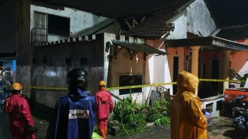Kondisi saat petugas mengkondisikan di rumah tertimpa bencana atap ambruk di jalan Damun,Dusun Ngemplak, Desa Beji, Kecamatan Junrejo. (Foto: istimewa)