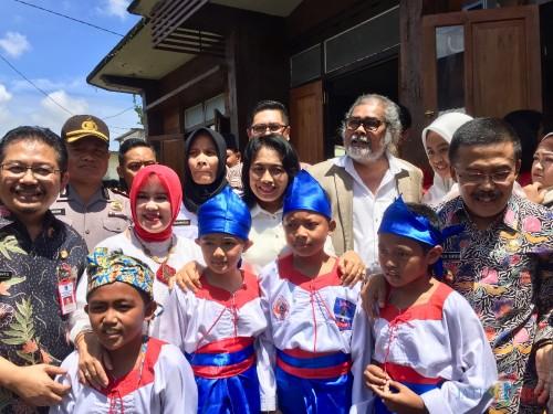 Menteri Pemberdayaan Perempuan dan Perlindungan AnakI Gusti Ayu Bintang Darmawati saat berfoto bersama di Kampung Ramah Anak Desa Punten, Kamis (27/2/2020). (Foto: Irsya Richa/MalangTIMES)