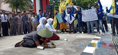 Protes Pencemaran Limbah Peternakan Greenfield, PMII Blitar Demo DPRD Bawa Kotoran Sapi
