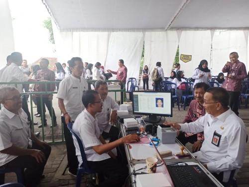 Petugas Dispendukcapil Kab Blitar stand by di SLG Kediri selama pelaksanaan tes CPNS
