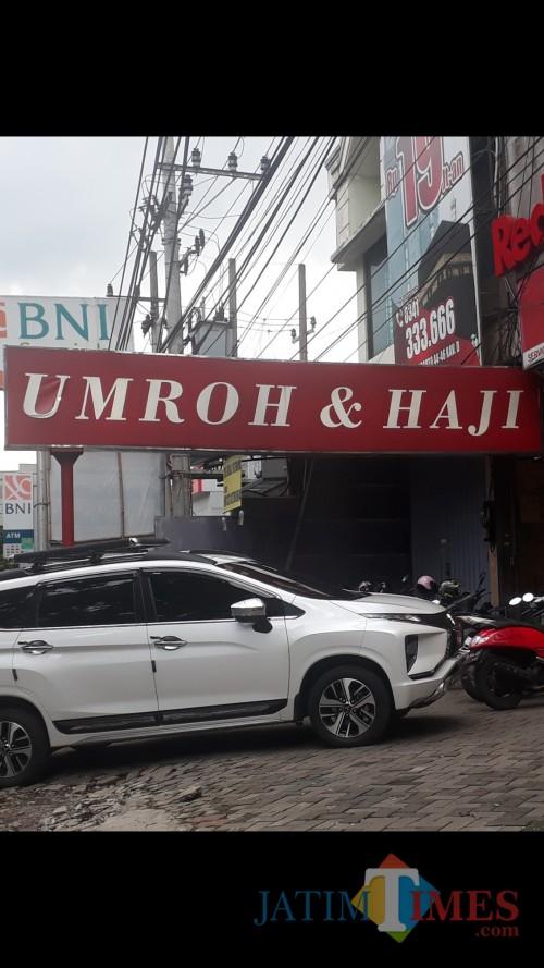 Salah satu agen travel Haji dan Umroh yang ada di Malang. (Foto: Tubagus Achmad/ MalangTIMES)