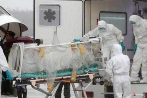 Petugas medis saat melakukan evakuasi terhadap pasien yang positif terserang virus corona atau covid-19. (Foto: Istimewa)
