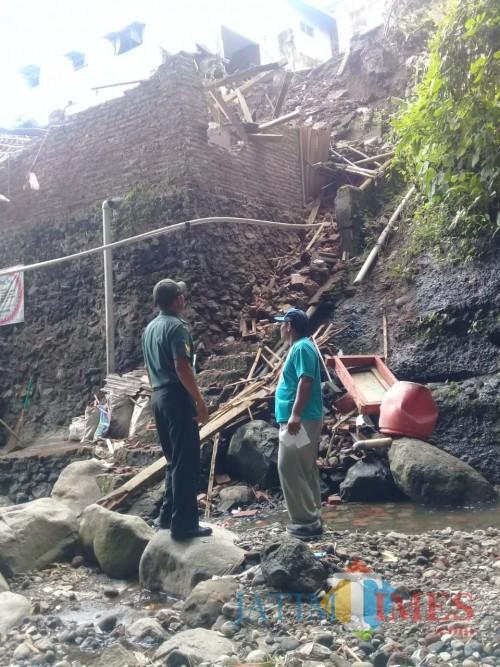 Diguyur Hujan, Rumah Warga di Bantaran Sungai Suko Roboh Akibat Longsor