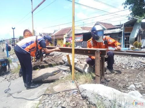 Petugas PT KAI memasang palang permanen di perlintasan kereta di Jl Gadang Gg XIB No 42, Kelurahan Ciptomulyo, Kecamatan Sukun, Kota Malang (Anggara Sudiongko/MalangTIMES)