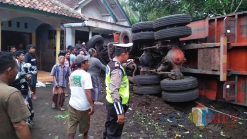 Akibat Rem Blong, Truk Pasir Tabrak Mobil dan Terguling di Halaman Warga
