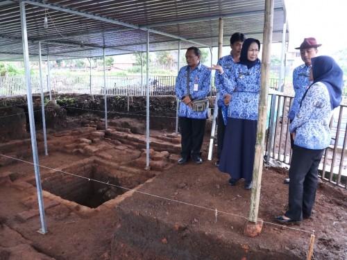 Wali Kota Batu Dewanti Rumpoko saat melihat lokasi di Desa Pendem, Kecamatan Junrejo, Senin (17/2/2020). (Foto: humas Pemkot Batu)
