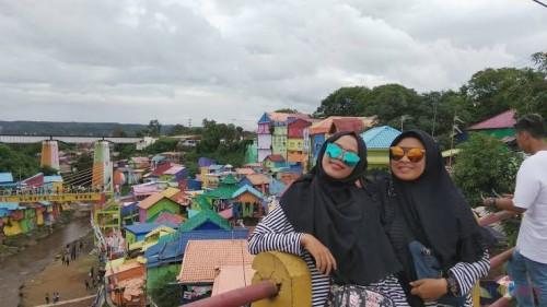 Wisatawan saat menikmati keindahan Kampung Warna-warni di Kota Malang (foto dok MalangTIMES)