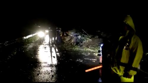 Petugas saat mengatur lalu lintas akibat tanah longsor diDusun Talasan Desa Sukomulyo,Kamis (27/2/2020) malam. (Foto: screenshoot video)