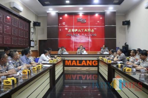 Kapolres Malang, AKBP Hendri Umar (di podium, duduk ditengah) saat memimpin Rapat Koordinasi Pengamanan Laga Arema vs Persib Bandung