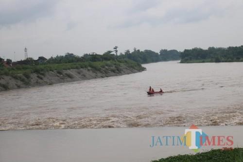 Terlihat perahu BPBD Jombang sedang melakukan pencarian korban di Sungai Brantas. (Foto : Adi Rosul / JombangTIMES)