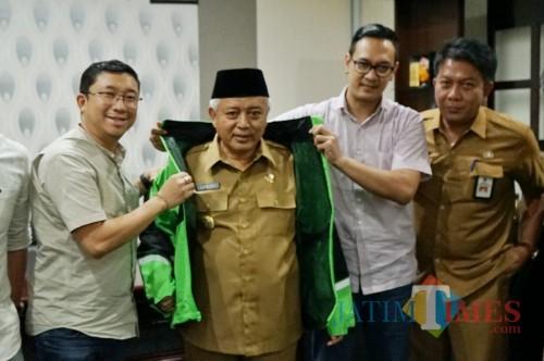 Bupati Malang Sanusi (pakai kopyah) beserta perwakilan Gojek dan Kepala Disparbud Kabupaten Malang Made Arya W (kiri) (Disparbud for MalangTimes)