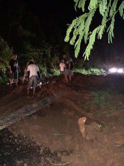 Kondisi Jalan Utama Malang-Kediri tertimbun tanah longsor. (Foto: istimewa)