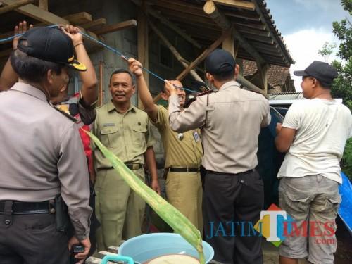 Petugas gabungan mengevakuasi material longsor di Dusun Tegalasri.(Foto : Team BlitarTIMES)