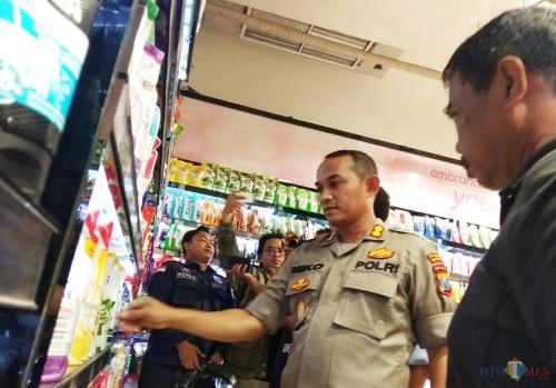 Kapolresta Kediri AKBP Miko Indrayana melakukan sidak di salah satu mall di Kota Kediri. (Eko Arif S/ JatimTIMES)
