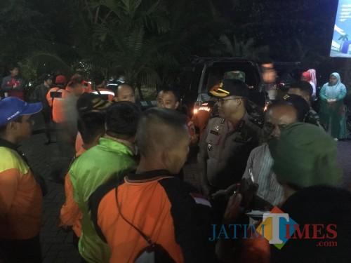 Petugas gabungan saat melakukan koordinasi untuk mencari dua orang korban yang hanyut di sungai kalimanten (Foto : Ashaq Lupito / MalangTIMES)