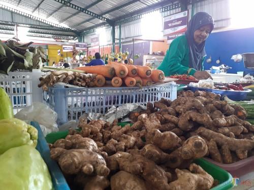 Salah satu pedagang rempah-rempah saat menunjukkan beberapa dagangannya di Pasar Klojen, Kota Malang (Arifina Cahyanti Firdausi/ MalangTIMES)