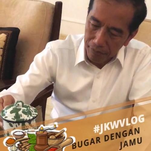 Jokowi saat minum jamu dengan gelas luriknya di Istana Bogor. (Foto: screeshot vlog Jokowi)
