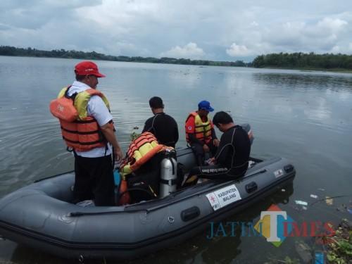 Petugas saat melakukan upaya pencarian korban yang diduga tenggelam di Bendungan Karangkates