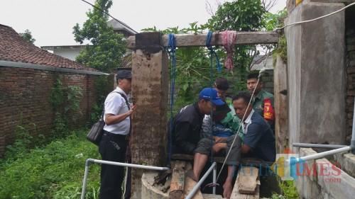 Proses evakuasi korban gantung diri atas nama Badrus Soleh dari atas sumur. (Foto: Babinsa for MalangTimes)