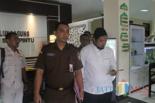 danang (baju putih) saat dibawa ke Lapas Klas 2B dari Kejaksaan (Joko Pramono for Jatim Times)