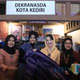 Tampilkan Produk Kriya Unggulan, Dekranasda Kota Kediri Tuai Apresiasi Arumi Bachsin