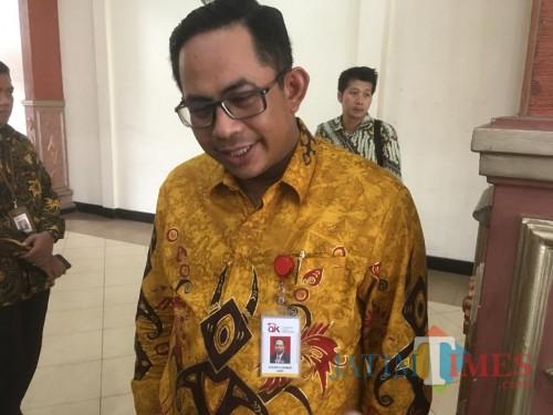 Kepala OJK Malang, Sugiarto Kasmuri saat menjelaskan tentang maraknya investasi ilegal dan pinjaman online di Malang Raya (Foto: Ashaq Lupito/ MalangTIMES)