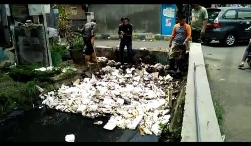 Miris, Sampah Styrofoam Hingga Bantal Guling Ditemukan Mengambang di Saluran Air Kota Malang