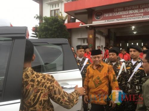 HM Sanusi (baju batik warna kuning) saat mendapatkan pengawalan dari anggota Banser ketika dirinya menghadiri agenda rapat di DPC PDIP Kabupaten Malang (Foto: Ashaq Lupito / MalangTIMES)