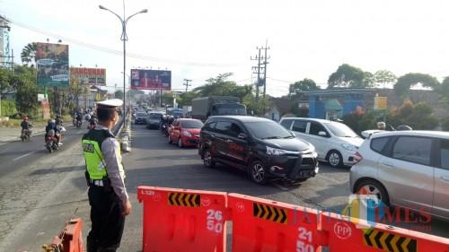 Petugas Satlantas Polres Malang saat mengatur lalu lintas dengan sistim contra flow