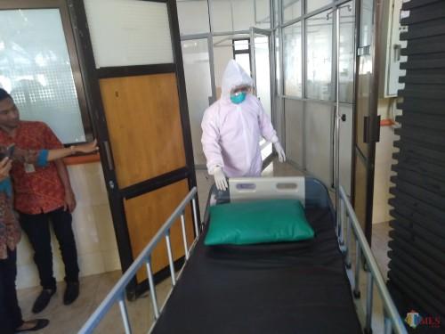 Kondisi ruang isolasi dan tenaga medis yang mulai dipersiapkan oleh RSUD Jombang untuk penanganan virus corona. (Foto : Adi Rosul / JombangTIMES)