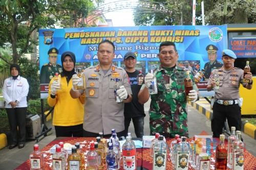 Kapolres Malang, AKBP Hendri Umar (baris depan, dua dari kiri) saat giat Pemusnahan Barang Bukti Miras Hasil Oprasi Cipta Kondisi
