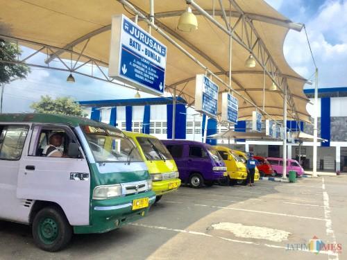 Kendaraan angkutan umum di Terminal Kota Batu. (Foto: Irsya Richa/MalangTIMES)