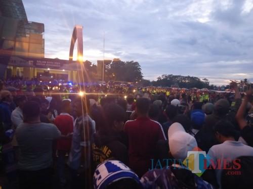 Kondisi kurang kondusif saat kendaraan Persib akan keluar Stadion Kanjuruhan (Hendra Saputra)