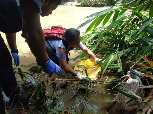 Tim relawan saat tengah mengevakuasi jasad bayi yang tersangkut pohon bambu disungai Brantas Kelurahan Bumiayu (Ist)