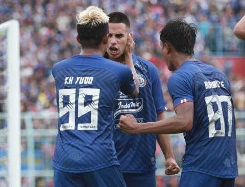 Kushedya Hari Yudo (99) merayakan gol Elias Alderete saat hadapi Persib (official Arema FC)