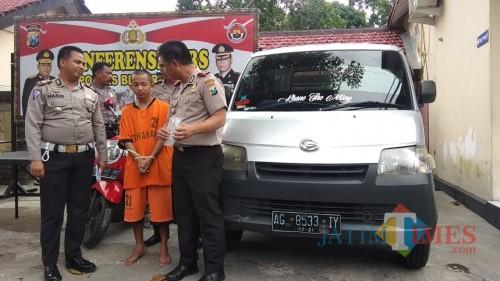 Pelaku Khana dan BB diamankan di Mapolres Blitar  Kota.(Foto : Team BlitarTIMES)