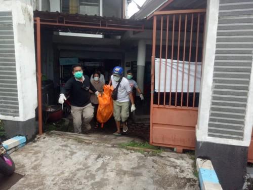 Petugas saat mengevakuasi korban ke kamar jenazah RSSA (Ist)