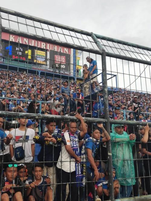 Aremania saat menonton langsung pertandingan Arema FC melawan Persib Bandung di Stadion Kanjuruhan (istimewa)