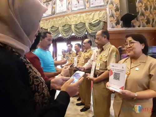 Proses pengimplementasian penggunaan QRIS dalam acara  Pilot Project Implementasi Elektronifikasi Pemerintah Kota Malang Menggunakan Jatimcode QRIS, di Balai Kota Malang, Selasa (10/3). (Arifina Cahyanti Firdausi/MalangTIMES)