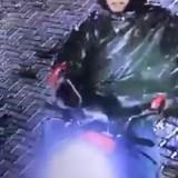 Pemuda Berkumis dan Berhelm Merah Terekam CCTV Gasak Helm di Kampus