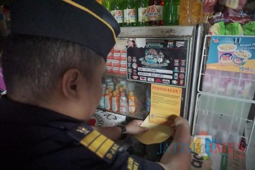 Gelar Sidak, Petugas Tarik Rokok Berpita Cukai Kadaluwarsa