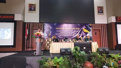 Kepala DPUPRPKP Kota Malang, Ir Hado Santoso  (berdiri) saat membuka Sosialisasi PSU Tahun 2020 (Pipit Anggraeni/MalangTIMES).