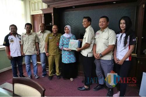 Bupati Kediri Hj Haryanti Sutrisno bersama International Offroad Federation Kediri. (is)